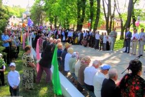 Хор місцевого райвідділу міліції вітав ветеранів піснями у Тростянці