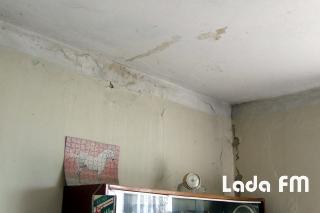 У Ладижині дощова вода текла просто в будинок під час ремонту покрівлі: залило квартири мешканців