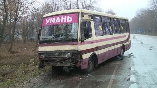Через ожеледь біля Гайсина пасажирський автобус врізався у фуру