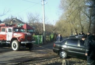 У Тульчині рятувальники дістали з озера автівку, яку власник поставив прогріватись на подвір'ї