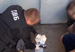 Прокуратурою Вінницької області викрито та затримано  поліцейського за вимагання та отримання хабара