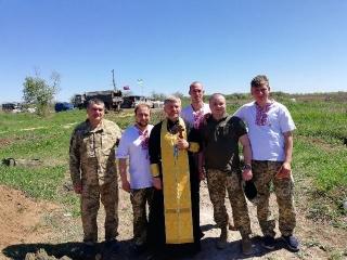 Священник із Бершаді охрестив на передовій захисників України