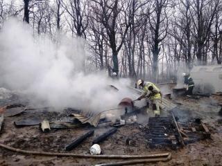 Біля Ладижина вогонь знищив металевий вагончик