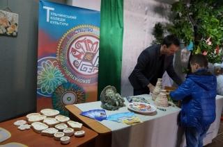 У Бершаді  на фестивалі «Українська родина- душі берегиня» на символічному дереві учасники писали побажання Україні
