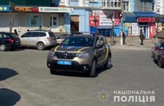 На Вінниччині поліцейські на вулицях через гучномовці закликають людей залишатись вдома