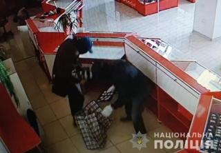 Затримали організовану злочинну групу, за вчинення збройного нападу на ювелірний магазин у Бершаді